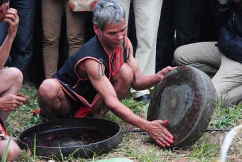 Với vai trò chủ Lễ, già làng thực hiện nghi thức truyền thống - cúng chiêng Tha, phân công việc cho mọi người, để ai cũng có thể được góp công, góp của cho Lễ hội quan trọng của cộng đồng.