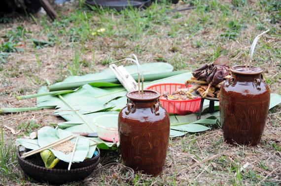Lễ vật được dân bản chuẩn bị gồm: 2 vò rượu cần, thịt gà, thịt heo, thịt dê, cơm lam và một tô tiết. Đặc biệt là các loại hạt giống nông sản để gieo trồng trong năm, mỗi loại khoảng một nắm tay, trộn vào nhau để cúng thần linh.