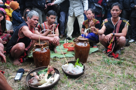 Sau nghi thức mời chiêng Tha ăn là phần khấn lễ và thụ lộc. Già làng sẽ ngồi trước hai vò rượu và cúng, mời các thần linh về hưởng thụ...