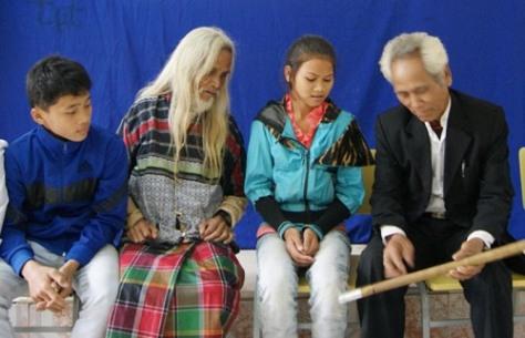 Già làng Hồ Ai (thứ 2 từ trái qua) cùng một nghệ nhân khác đang truyền dạy về sáo.