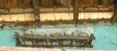Bàn thờ linh hồn sống được các gia đình Vân Kiều đặt ở vị trí sát mái nhà.