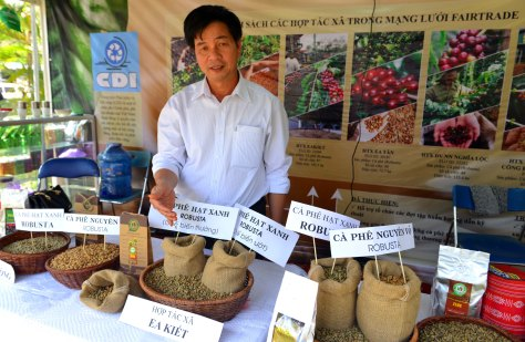 Ông Phúc giới thiệu các sản phẩm của nông dân Ea Kiết