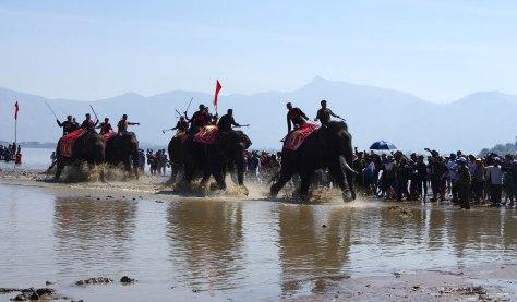 Đua voi trên hồ Lắk