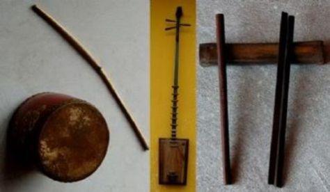 Từ trái: trống chầu, đàn đáy, phách