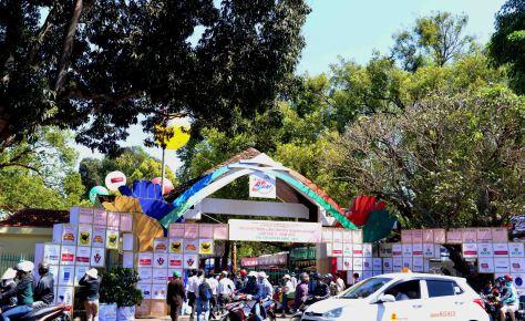 Cổng vào Hội chợ triển lãm chuyên ngành cà phê chi chít nhãn hàng tài trợ