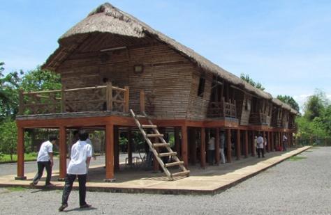 Nhà sàn dài truyền thống - kiến trúc độc đáo của dân tộc Chơ Ro.