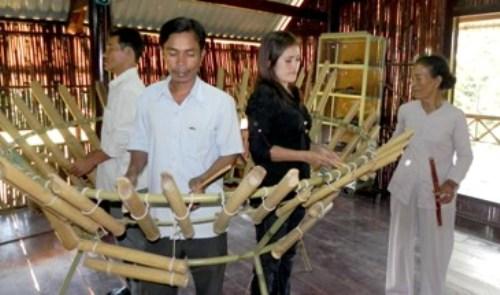 Đàn Goong Clog - Bà Lý Thị Nhiễn (chủ nhiệm CLB cồng chiêng Nhà văn hoá dân tộc Bàu Chinh) hướng dẫn cho bạn trẻ người Châu Ro cách sử dụng các loại nhạc cụ dân tộc Châu Ro.