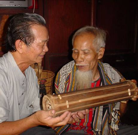 Già làng Năm Nổi giới thiệu đàn tre Goong Cla.