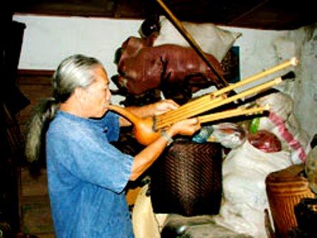 K'Toàn biểu diễn thổi kèn bầu 6 ống của người Châu Ro.