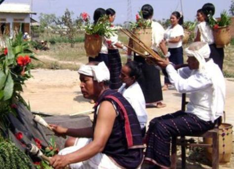 Biểu diễn Rơkel (kèn bầu) trong lễ hội mừng lúa mới của dân tộc Chu Ru.