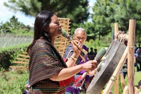 Bà Ma Bio và bộ Chiêng ba truyền thống của dân tộc Chu Ru. (ảnh K.A.)