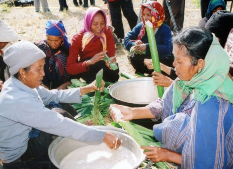 Gói bánh nếp và cơm lam chuẩn bị cho lễ hội Mơ nhum ha ma. (ảnh B.N – P.N)