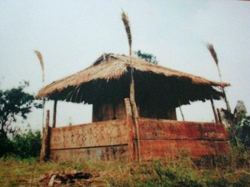 Nhà mồ của người Chu Ru ở huyện Đơn Dương (Lâm Đồng), nơi để hàng chục chiếc quan tài chồng lên nhau.