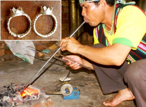 Nghệ nhân Ya Tuất thổi lửa nấu bạc.