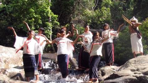 Vũ điệu Tamya ở thác nước kêu.