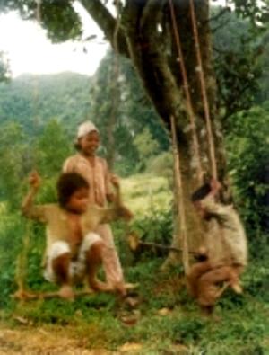 Trẻ em rất thích chơi đu. Người Chứt thường làm đu cho trẻ em nhỏ dưới các gốc cây to có bóng mát, treo đu ngay trên các cành cây.