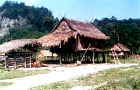 Nét nổi bật của ngôi nhà sàn người Chứt (nhóm Arem) là hai chiếc khau cút được bố trí ở hai đầu nóc nhà. Khau cút được làm từ hai đoạn cây lồ ô hoặc gỗ buộc chéo nhau tại thành một góc vuông. Nửa trên được vót nhọn, nửa dưới buộc vào rui của mái nhà. Khau cút chẳng những để giữ cho đầu mái nhà khỏi bị gió lật mà điều có ý nghĩa xã hội cơ bản đối với cư dân ở đây là: Dấu hiệu để nhận biết đồng tộc.