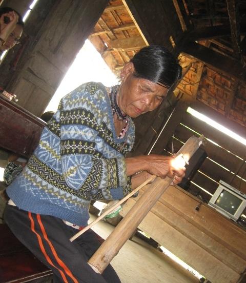 Bà Hồ Thị Sen với cây đàn Trơ Bon. (ảnh dantri)
