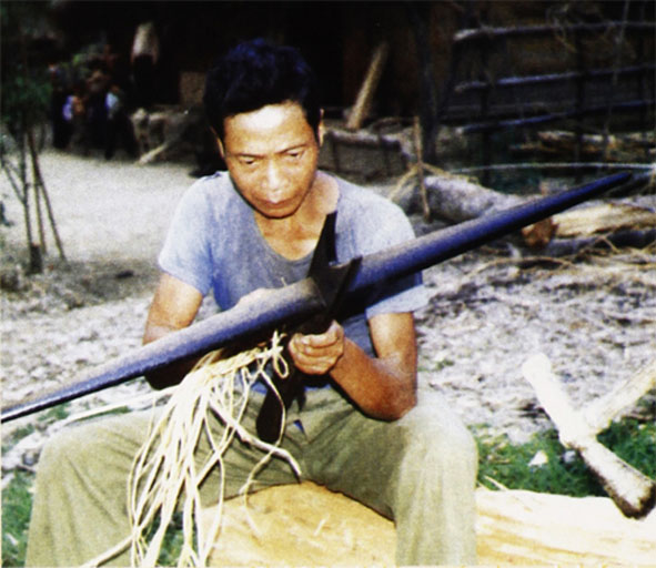 Nỏ - loại vũ khí tự tạo của dân tộc Chứt.