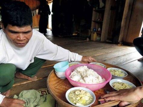 Ngày đầu tiên lễ mừng cơm mới của người Chứt được tổ chức tại gia đình.