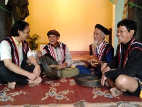 Ông Hoàng đang giới thiệu với khách về cây đàn B'roc 2 dây mà gia đình còn lưu giữ.