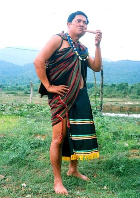 Đàn ông Co luôn sử dụng tấm choàng che thân khi mùa đông ở vùng Trường Sơn-Tây Nguyên lạnh giá.