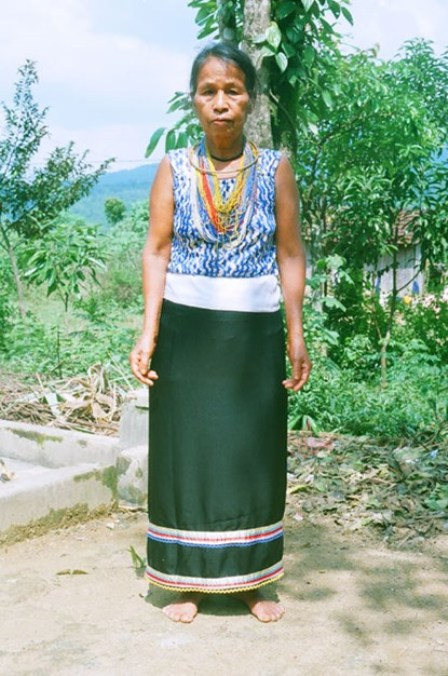 Vào mùa lễ hôi, chúng ta thường gặp bà con dân tộc Cor trong trang phục truyền thống.
