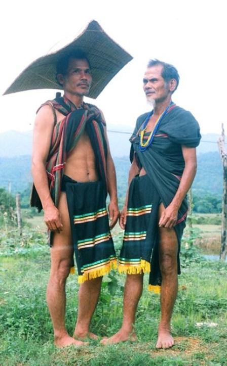 Anh Dương Lai và già làng Trần Văn Hành dân tộc Cor hiện ở thôn 2A xã Trà Kót, huyện Bắc Trà My, tỉnh Quảng Nam trong trang phục lễ hội.