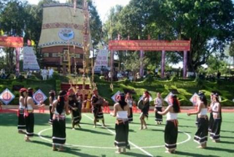 Trang phục lễ hội của dân tộc Cor huyện Bắc Trà My (Quảng Nam) tại Festival cồng chiêng quốc tế - Gia Lai 2009 (ảnh Dương Lai).