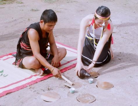 Trống đất là nhạc cụ truyền thống từ bao đời nay của người Cor.