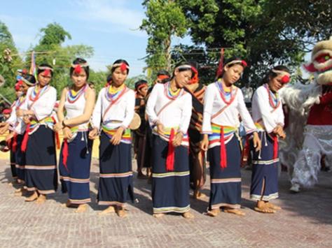 Các sơn nữ Cor đang nhảy múa điệu Múa Cà Đáu trong lễ hội.