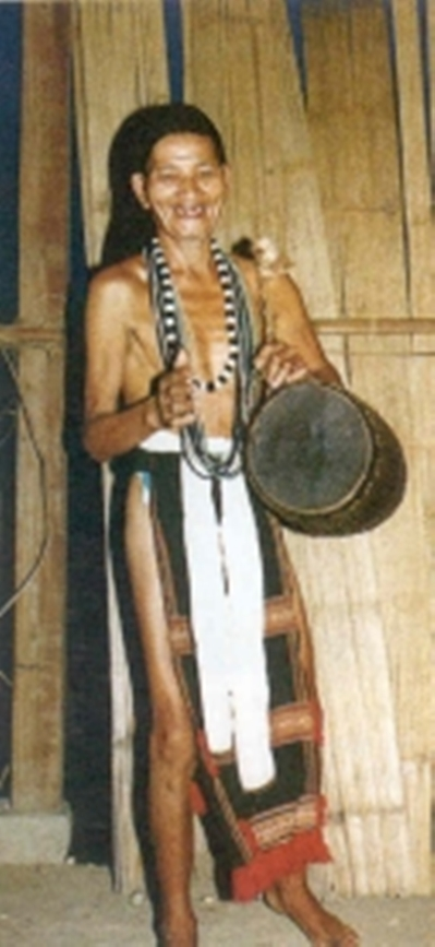 Những ngày lễ hội, người Cor thường dùng một chiếc trống nhỏ hoà nhịp cùng chiêng. Trống được bọc bằng da sơn dương, được khoét từ khúc gỗ.