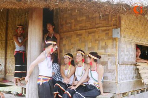 Các sơn nữ Cor đang hát đối đáp(A giới) dưới mái nhà làng.