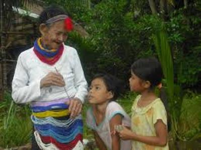 Bà Hồ Thị Bảy - một trong số ít người còn biết làm và thổi kèn Amáp.