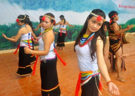 co_Điệu múa truyền thống uyển chuyển của thiếu nữ dân tộc Cor.