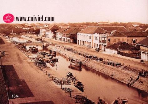 Khởi thủy đường Nguyễn Huệ là 1 con kênh dẫn vào thành Gia Định (còn gọi Thành Bát Quái 1790-1835). Người Pháp gọi là Kênh Grand, người Việt gọi là Kênh Chợ Vải.
