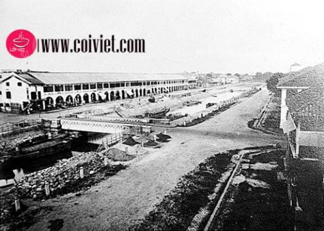 Dọc bờ kênh là một con đường được người Pháp đặt tên là đường Charner (đường bên phải trong ảnh), hay một tên gọi khác là đường Quảng Đông (Rue de Canton), bởi đa số người Hoa làm nghề buôn bán ở đây đều là người Quảng Đông. Phía đối diện bờ kênh là đường Rigault de Genouilly.