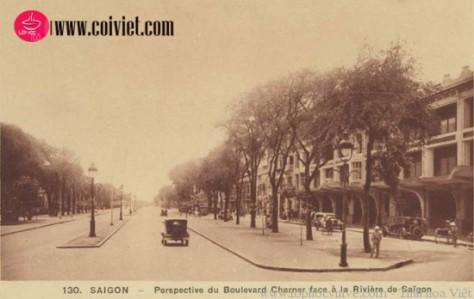 Đại lộ Charner - Kinh Lấp nhìn về hướng sông Sài Gòn, tòa nhà ta thấy bên phải ngày nay vẫn còn, đó chính là thương xá Tax.