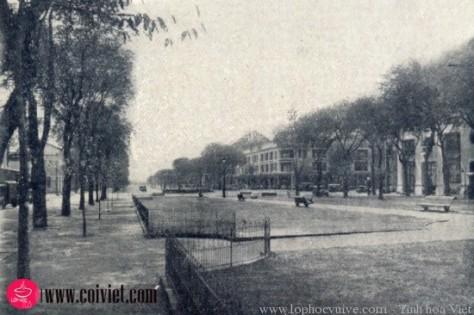 Công viên nhỏ rất đẹp trước dinh Xã Tây (nay là UBND TPHCM), vẫn còn tồn tại đến ngày nay.
