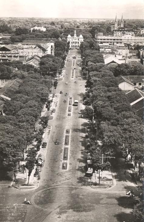 Vào thập niên 50, Đại Lộ Charner - Nguyễn Huệ là một trong những con đường đẹp nhất của Hòn Ngọc Viễn Đông - Sài Gòn. Trên không ảnh chúng ta có thể thấy đàng xa là hai tháp chuông của nhà thờ Đức Bà.
