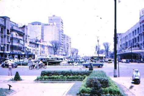 Đại lộ Nguyễn Huệ, từ hướng Tòa Đô Chính nhìn ra Bến Bạch Đằng, thập niên 1970s. Văn phòng ADC nơi tác giả làm việc là building cao nhất bên tay trái.