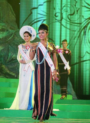Sơn nữ K'Ho, Kră Jăn Loen, trong một kỳ thi Hoa Hậu Dân Tộc.