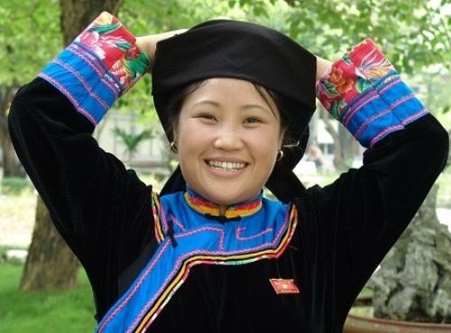 Trang phục phụ nữ của người Cờ Lao.