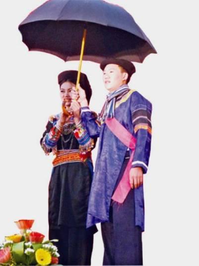 Trang phục truyền thống nam, nữ dân tộc Cờ Lao.