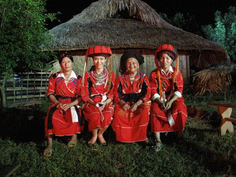 Trang phục phụ nữ dân tộc Cờ Lao đỏ.