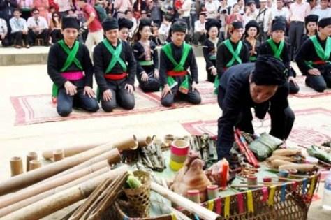 Các thành viên trong gia đình thắp hương và lạy một lạy trước bàn thờ tổ tiên.