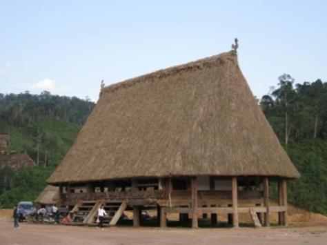 Nhà sàn truyền thống Co Tu (ảnh Lan Anh).