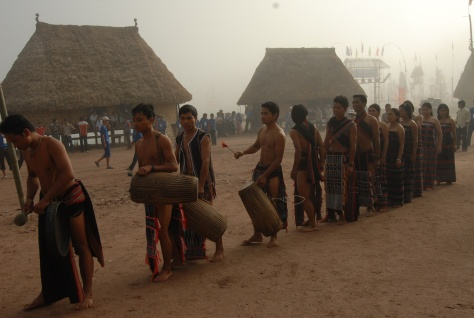 Các chàng trai trong trang phục lễ hội của dân tộc Cơ tu.