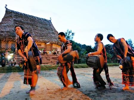 Âm thanh cồng chiêng gắn liền với không khí Tết của dân tộc Cơ Tu, Quảng Nam.