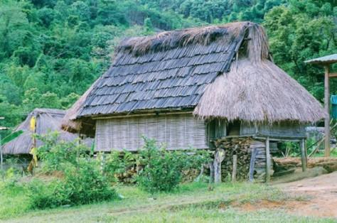 Nhà sàn mái nưa của người Cơ Tu ở thôn Công Dồn.